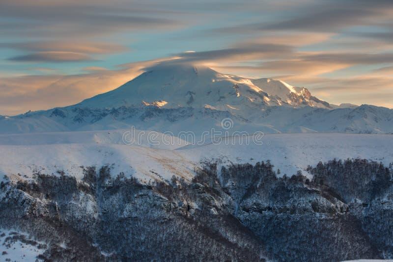 Βουνά της Ρωσίας, τα Καύκασος, Καμπαρντίνο-Μπαλκαρία Τοποθετήστε Elbrus στοκ εικόνα με δικαίωμα ελεύθερης χρήσης