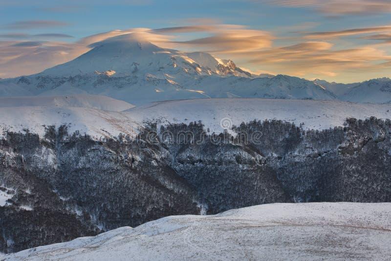 Βουνά της Ρωσίας, τα Καύκασος, Καμπαρντίνο-Μπαλκαρία Τοποθετήστε Elbrus στοκ φωτογραφίες