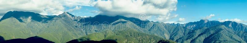 Βουνά της Ταϊβάν, χιονώδη βουνά, βουνά, μπλε ουρανός και άσπρα σύννεφα, καλός αέρας στοκ φωτογραφία με δικαίωμα ελεύθερης χρήσης