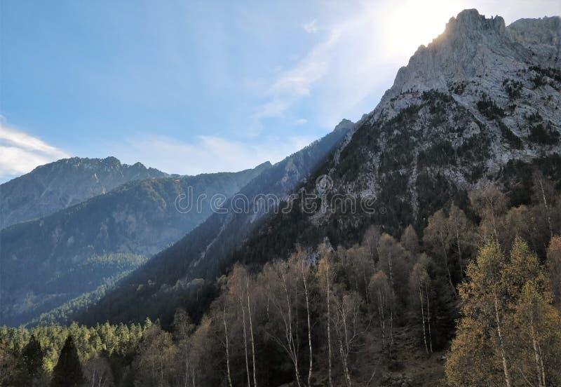 Βουνά των Πυρηναίων και του ήλιου που αυξάνονται πίσω στοκ εικόνες