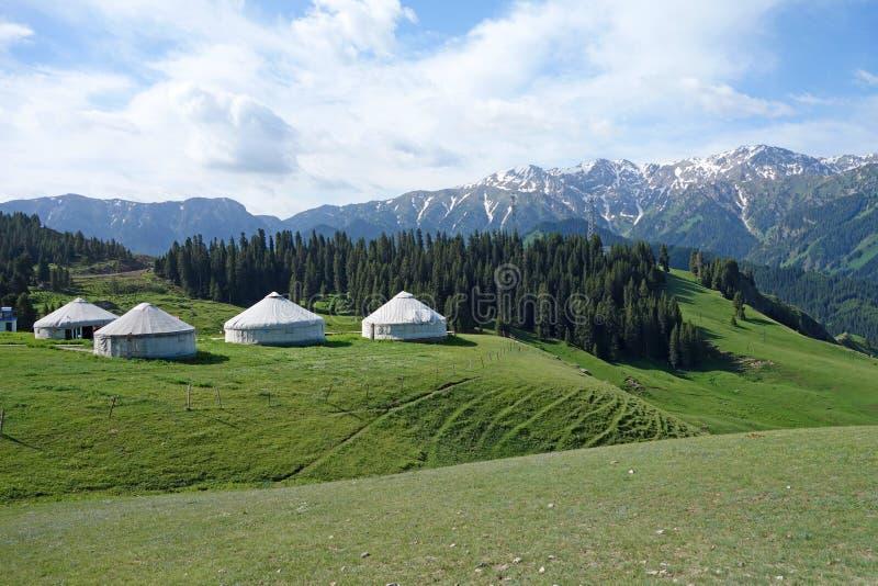 Βουνά χιονιού με τα yurts στοκ εικόνες