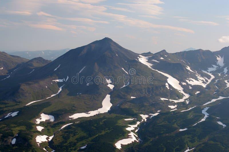 Βουνά, χιονοσκεπείς αιχμές, ο Βορράς άγριας φύσης στοκ εικόνα με δικαίωμα ελεύθερης χρήσης