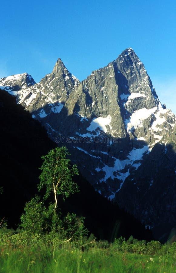 Download βουνά στοκ εικόνες. εικόνα από πέτρα, βράχοι, χλόη, ουρανός - 1525160