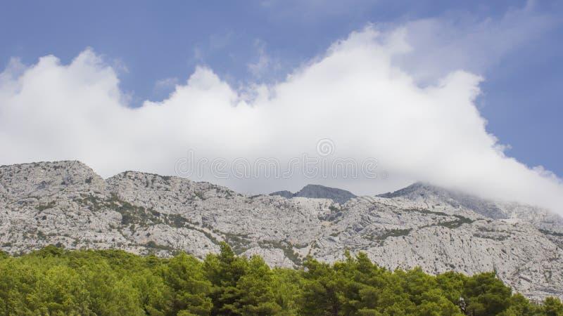 Βουνά Biokovo - άποψη από Brela στοκ φωτογραφία με δικαίωμα ελεύθερης χρήσης