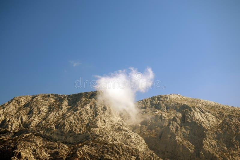 Βουνά Biokovo με το σύννεφο στη μέση στοκ εικόνα