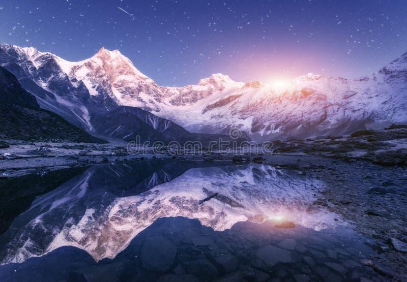 Βουνά Himalayn και λίμνη βουνών στην έναστρη νύχτα στο Νεπάλ στοκ εικόνες
