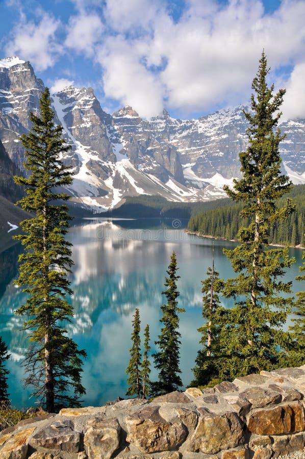 βουνά moraine λιμνών δύσκολα στοκ εικόνες με δικαίωμα ελεύθερης χρήσης