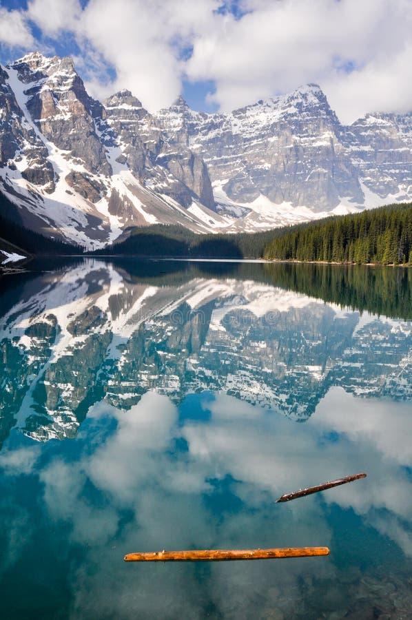 βουνά moraine λιμνών του Καναδά &delta στοκ εικόνα