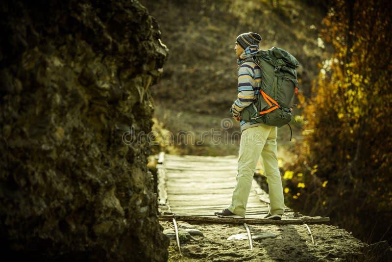Βουνό αγριοτήτων πεζοπορίας ατόμων περιπέτειας με το σακίδιο πλάτης, υπαίθριο στοκ φωτογραφία