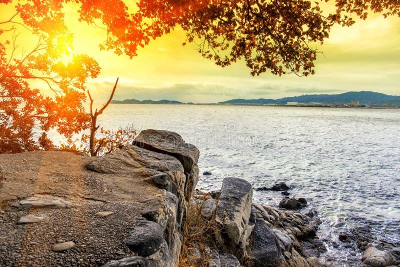 Βουνό απότομων βράχων εκτός από τη θάλασσα με το φως ήλιων, την έννοια φύσης, την έννοια θάλασσας, Seascape και το τοπίο στοκ φωτογραφία