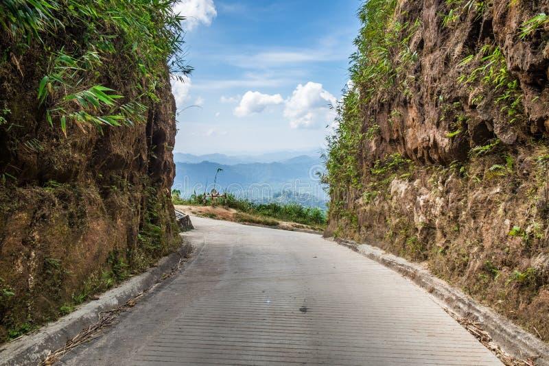 Βουνό απότομων βράχων συνόρων της Ταϊλάνδης Myanmar οδικών τρόπων στοκ εικόνα