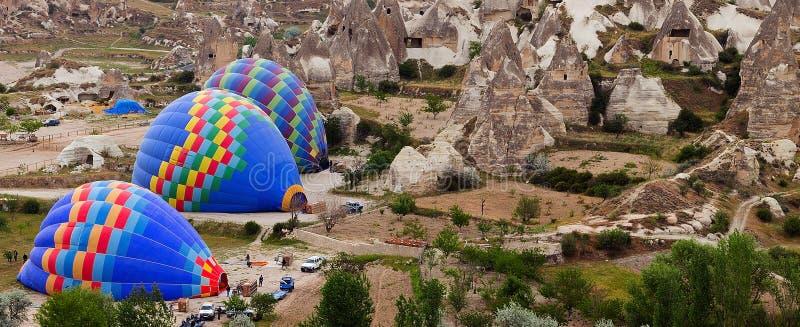 Βουνό γύρου νότιου Cappadocia πτήσης μπαλονιών ζεστού αέρα στοκ εικόνες με δικαίωμα ελεύθερης χρήσης