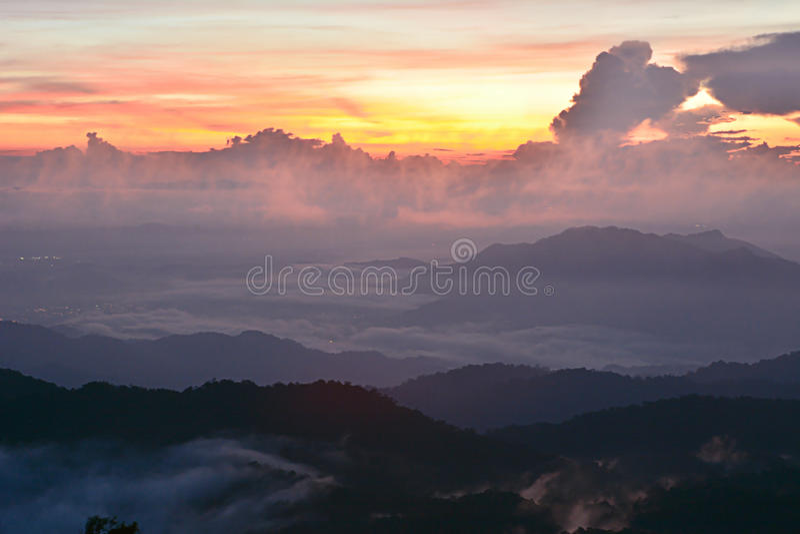 Βουνό ηλιοβασιλέματος με την υδρονέφωση στοκ φωτογραφίες