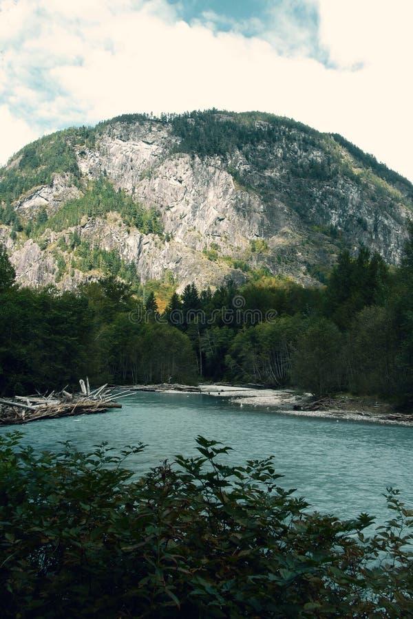 Βουνό και λίμνη σκηνής του Καναδά στοκ φωτογραφία με δικαίωμα ελεύθερης χρήσης