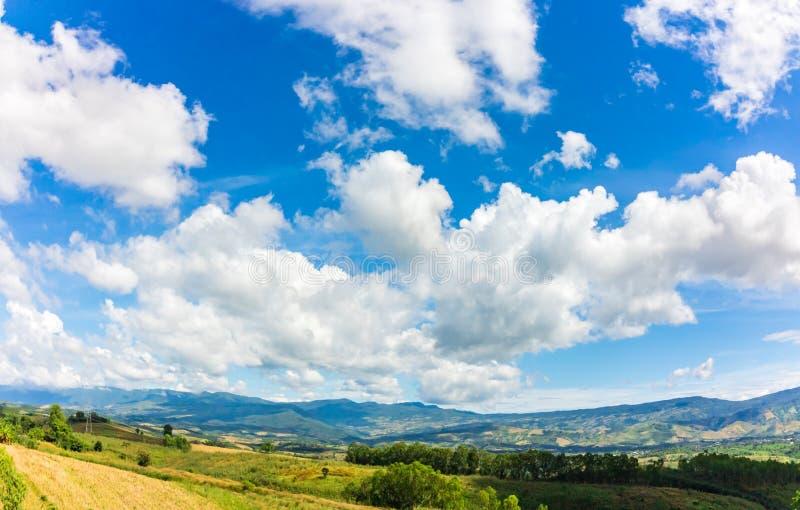 Βουνό και μπλε ουρανός και πολύ συμπαθητικά σύννεφα στοκ εικόνες