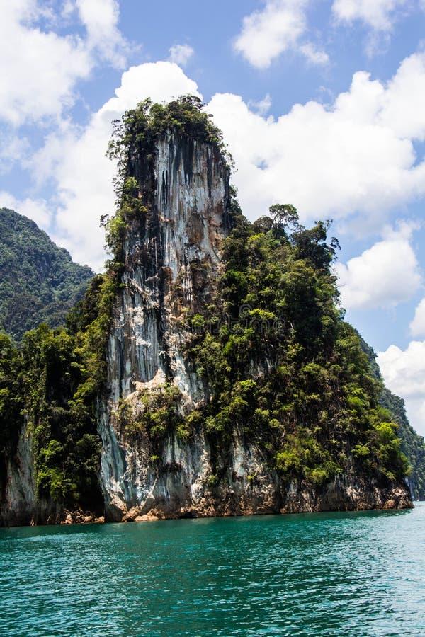 Βουνό και μπλε άποψη ποταμών στοκ φωτογραφία με δικαίωμα ελεύθερης χρήσης