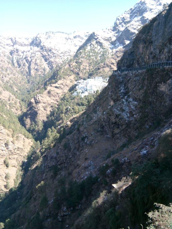 Βουνό & κοιλάδες σε Katra, το J & το Κ, Ινδία που καλύπτεται με το χιόνι στην αιχμή στοκ εικόνες με δικαίωμα ελεύθερης χρήσης