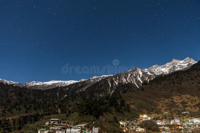 Βουνό με λίγο χιόνι στην κορυφή με τα αστέρια στη νύχτα σε Lachen στο βόρειο Sikkim, Ινδία στοκ φωτογραφία με δικαίωμα ελεύθερης χρήσης