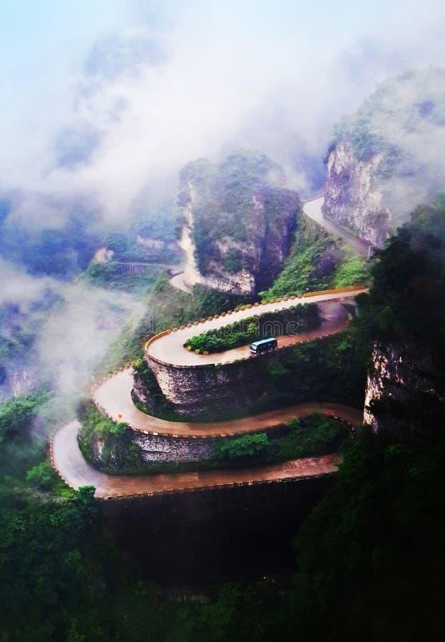 Βουνό με το δρόμο τρεκλίσματος στοκ φωτογραφίες