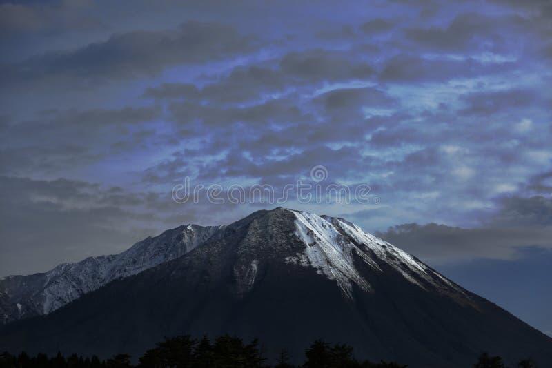 Βουνό με το χιόνι στοκ φωτογραφία με δικαίωμα ελεύθερης χρήσης