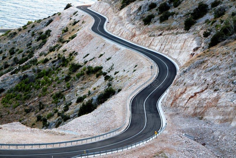 Βουνό οδικών κάμπτοντας γουρνών ασφάλτου στοκ φωτογραφία με δικαίωμα ελεύθερης χρήσης