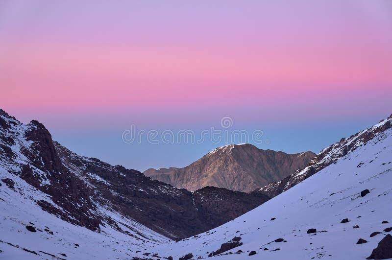 Βουνό πέρα από την κοιλάδα Imlil στον υψηλό άτλαντα Μαρόκο αναμμένο από τα χρώματα ηλιοβασιλέματος στοκ φωτογραφίες με δικαίωμα ελεύθερης χρήσης