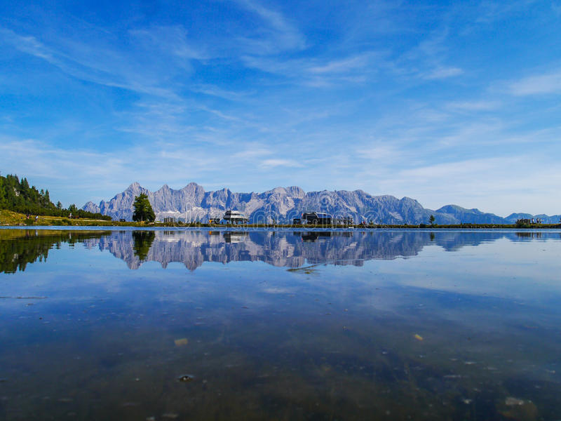 Βουνό πίσω από τη λίμνη στοκ εικόνες