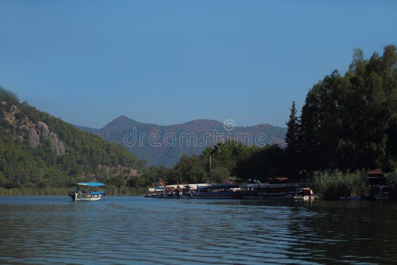 Βουνό, ποταμός, σκάφη στοκ φωτογραφία με δικαίωμα ελεύθερης χρήσης