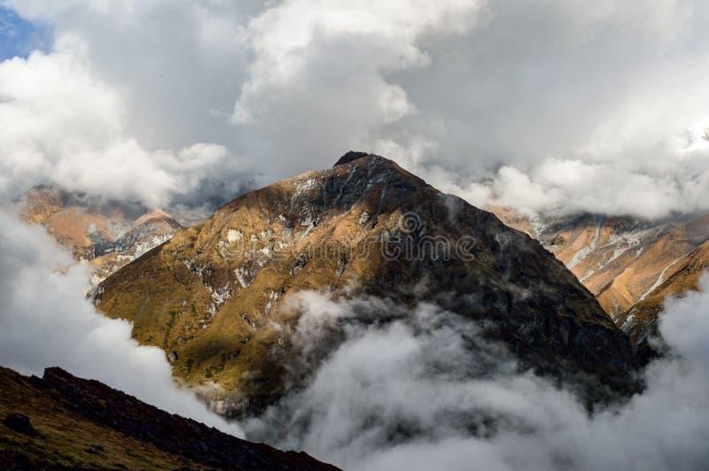 Βουνό που αυξάνεται επάνω από τα σύννεφα στο άδυτο Annapurna, Ιμαλάια, Νεπάλ στοκ εικόνες με δικαίωμα ελεύθερης χρήσης
