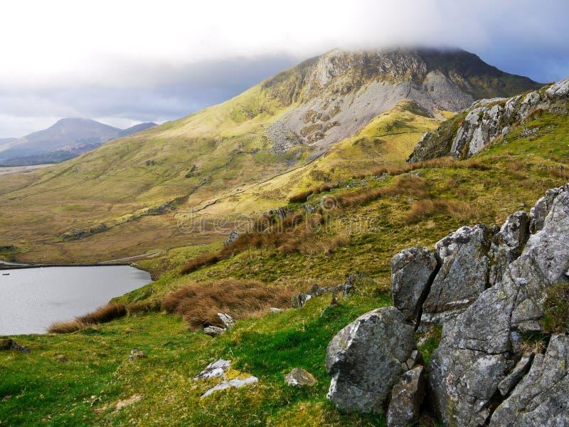 Βουνό στην υδρονέφωση στοκ φωτογραφίες