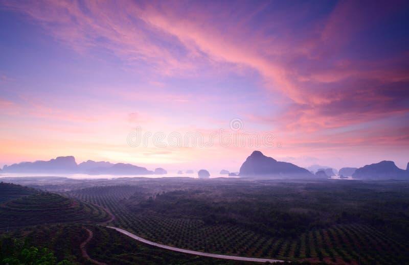Βουνό στο λυκόφως σε Sametnangshe, Phang Nga, Ταϊλάνδη στοκ φωτογραφίες με δικαίωμα ελεύθερης χρήσης