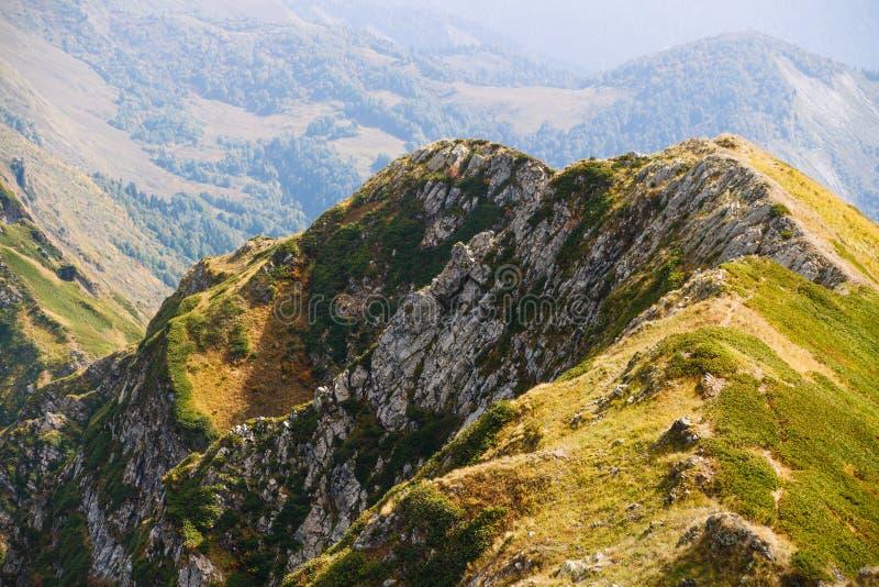 Βουνό στο Sochi Σειρά βουνών το φθινόπωρο στοκ εικόνες
