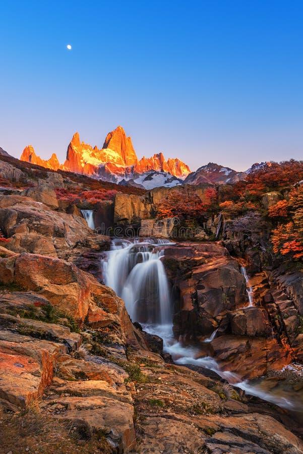 Βουνό της Fitz Roy κοντά στη EL Chalten, στη νότια Παταγωνία, στα σύνορα μεταξύ της Αργεντινής και της Χιλής Άποψη της Dawn από τ στοκ φωτογραφία με δικαίωμα ελεύθερης χρήσης