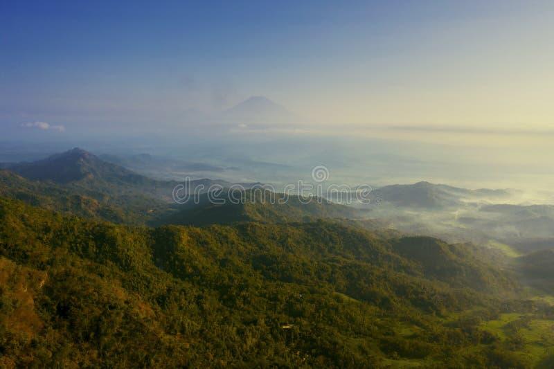 Βουνό της Misty στο πρωί κοντά στο λόφο Ngisis στοκ φωτογραφία με δικαίωμα ελεύθερης χρήσης