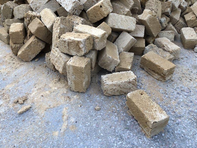 Βουνό των διεσπαρμένων τούβλων οστρακόδερμων κοχυλιών στο δρόμο στοκ εικόνες με δικαίωμα ελεύθερης χρήσης