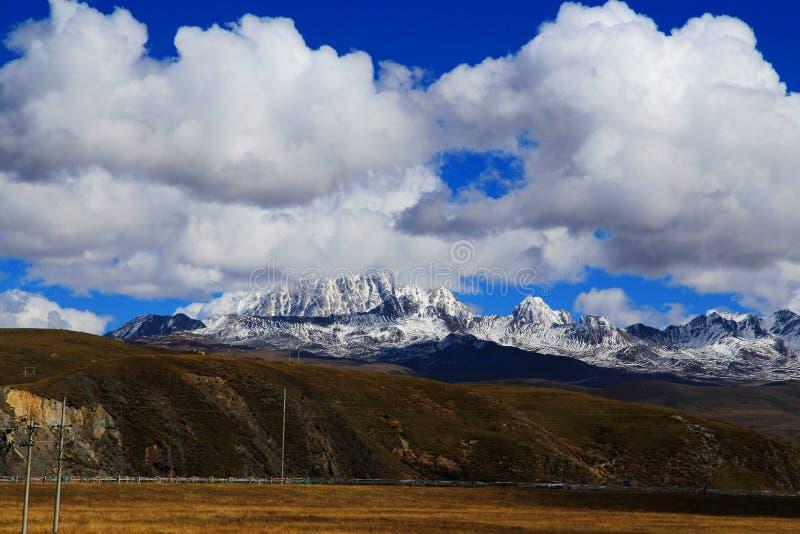 Βουνό χιονιού Yala και λιβάδι Tagong στοκ εικόνες