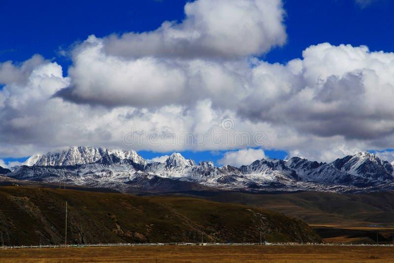 Βουνό χιονιού Yala και λιβάδι Tagong στοκ φωτογραφία