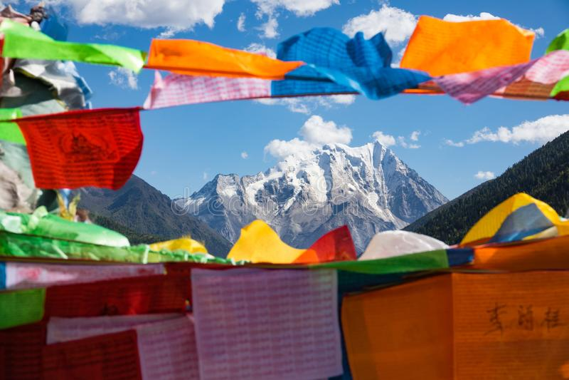 Βουνό χιονιού Yala με τις σημαίες προσευχής - Sichuan, Κίνα στοκ εικόνες