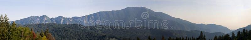 Download βουνό στοκ εικόνα. εικόνα από δάσος, σύννεφα, πεύκο, ρουμανία - 22797515