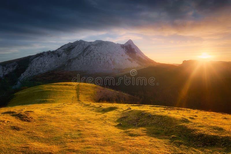 Βουνό Anboto από Urkiolamendi στην ανατολή στοκ εικόνες με δικαίωμα ελεύθερης χρήσης