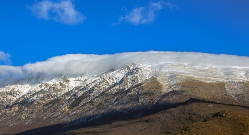 Βουνό Galichitsa σε ένα περιλαίμιο σύννεφων το χειμώνα Μακεδονία στοκ φωτογραφία με δικαίωμα ελεύθερης χρήσης