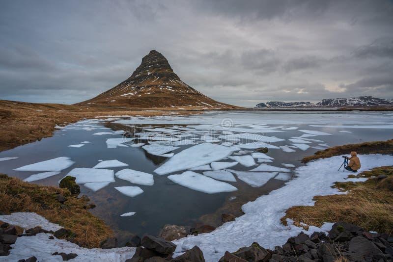 Βουνό Kirkjufell, δυτική Ισλανδία - 23 Φεβρουαρίου 2019: Φωτογράφος στην ακτή τ στοκ φωτογραφία με δικαίωμα ελεύθερης χρήσης