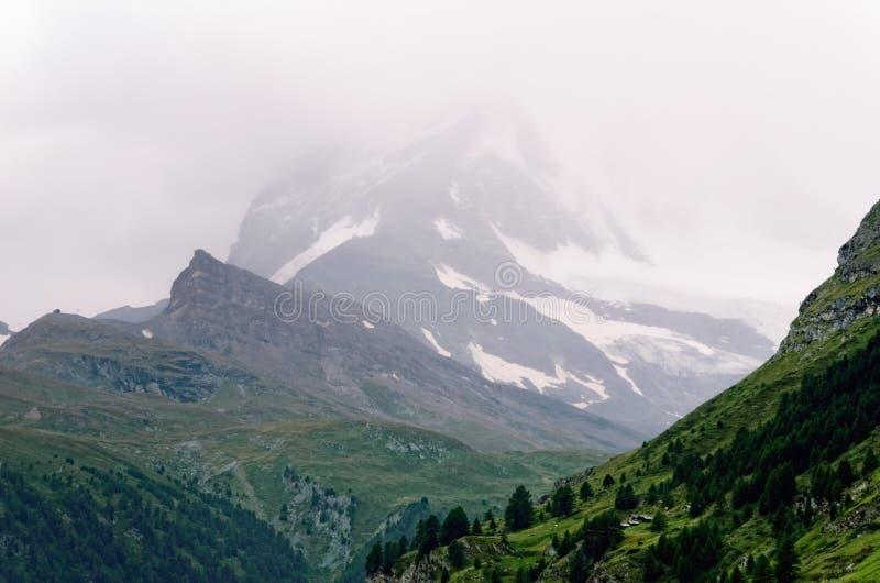 Βουνό Matterhorn (Ελβετία) μια νεφελώδη ημέρα στοκ εικόνες