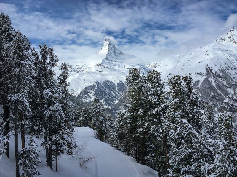 Βουνό Matterhorn μπροστά από έναν μπλε ουρανό με τα σύννεφα σε Zermat στοκ φωτογραφία με δικαίωμα ελεύθερης χρήσης