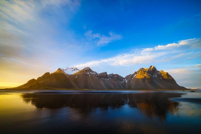 Βουνό Vestrahorn με τους μαύρους ηφαιστειακούς αμμόλοφους άμμου λάβας στο sunse στοκ εικόνα με δικαίωμα ελεύθερης χρήσης