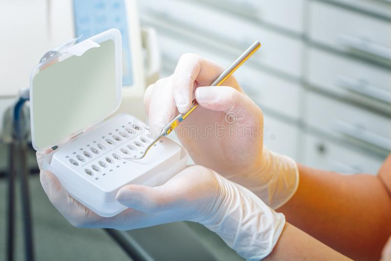 βουρτσίζοντας διάνυσμα δοντιών κατσικιών έννοιας οδοντικό Τα στηρίγματα για τα δόντια κλείνουν επάνω Ο οδοντίατρος παίρνει την κλ στοκ φωτογραφίες με δικαίωμα ελεύθερης χρήσης
