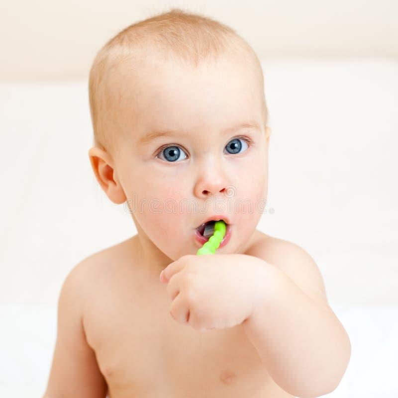 βουρτσίζοντας μικρό παιδ στοκ φωτογραφία