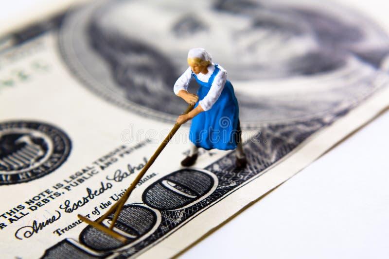 βουρτσίζοντας χρήματα στοκ φωτογραφία