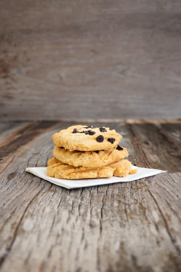 Βουτύρου μπισκότα κινηματογραφήσεων σε πρώτο πλάνο με το κάλυμμα τσιπ σοκολάτας στο ξύλινο BA στοκ φωτογραφία με δικαίωμα ελεύθερης χρήσης