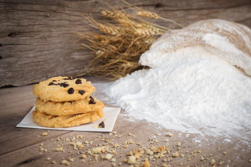 Βουτύρου μπισκότα με το κάλυμμα τσιπ σοκολάτας στο ξύλινο υπόβαθρο στοκ εικόνα
